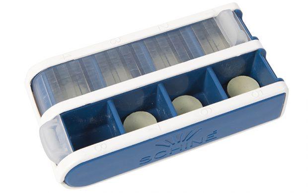 PillBox S blå, pillerbox med jalusi