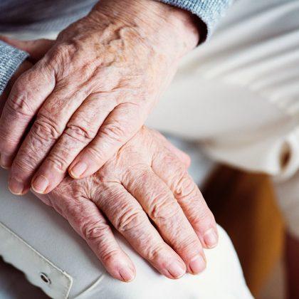 Äldre händer i knä